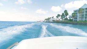Segla på grova hav på hastighet på Aruba lager videofilmer