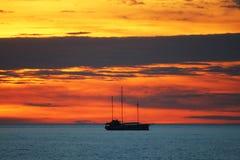 Segla på havssolnedgången Fotografering för Bildbyråer