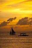 Segla på solnedgången Royaltyfria Foton