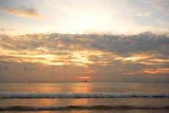 Segla på solnedgången Arkivfoton