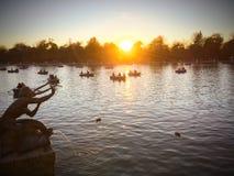 Segla på solnedgången i sjön Arkivbilder