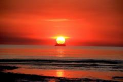 Segla på solnedgången på det indiska havet, västra Australien Royaltyfria Foton