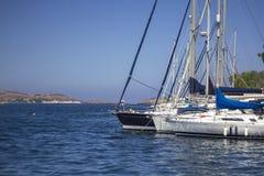 Segla parkering i hamnen, Urla, Turkiet Härliga yachter i blå himmel royaltyfri fotografi
