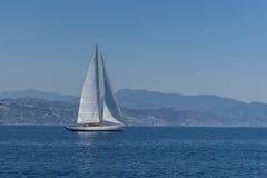 Segla seglingen bevattnar på av hav Royaltyfria Bilder