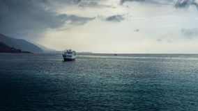 Segla seglingen i det karibiska havet på solnedgången Arkivbild