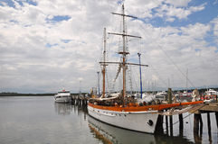 Segla ship i den Denarau hamnen, Fiji. royaltyfri bild