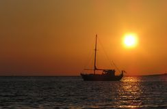 segla shipsolnedgång royaltyfria bilder