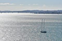 Segla skeppet på silverhavet Royaltyfria Foton