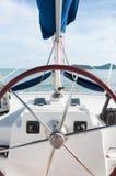Segla styrninghjulet och kontrollanter som reser i ett lyxigt liv Royaltyfri Fotografi