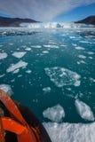 Segla till glaciären Eqi i Grönland Arkivbild
