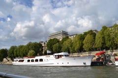 Segla utmärkthet, av yachten de Paris, röd matta på yachtbryggan, längs den Siene floden, Paris Royaltyfri Fotografi