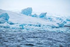 Segla utmed kusten Antarktis med isar och isberg av ovanliga former, färger Royaltyfri Fotografi