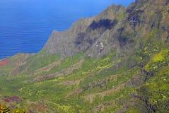 Segla utmed kusten av av ön av Kauai, Hawaii Royaltyfri Foto