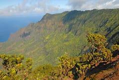 Segla utmed kusten av av ön av Kauai, Hawaii Royaltyfria Bilder