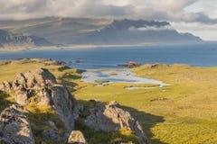 Segla utmed kusten av den Berufjordur fjorden i den Djupivogur byn - Island. royaltyfri bild