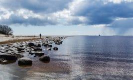 Segla utmed kusten av det baltiska havet arkivbild