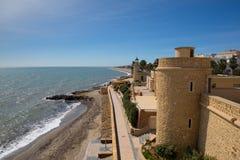 Segla utmed kusten banan och den Roquetas Del Mar slotten de Santa Ana Costa de AlmerÃa, AndalucÃa Spanien royaltyfria bilder