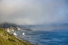 Segla utmed kusten i fo mellan den Pfeiffer nationalparken och den Stillahavs- dalen Royaltyfri Fotografi
