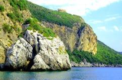 Segla utmed kusten med en bergskedja och en hemlig fjärd på den Korfu ön Royaltyfri Fotografi