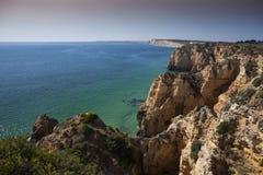 Segla utmed kusten med klippor i Lagos på Algarve i Portugal Arkivbilder
