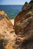 Segla utmed kusten med klippor i Lagos på Algarve i Portugal royaltyfri bild