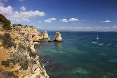 Segla utmed kusten med klippor i Lagos på Algarve i Portugal arkivbild