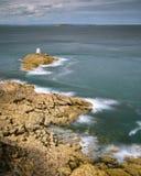 Segla utmed kusten nära Saint Malo på en solig dag i sommar royaltyfria bilder