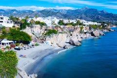 Segla utmed kusten nära semesterortstad av Nerja i Spanien Sikt från Balcon de Europa royaltyfri foto
