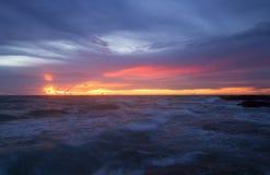 Segla utmed kusten och skyen Royaltyfri Foto