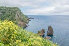 Segla utmed kusten på ön av Flores i Azoresna, Portugal Arkivfoto