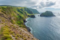 Segla utmed kusten på ön av Flores i Azoresna, Portugal Fotografering för Bildbyråer