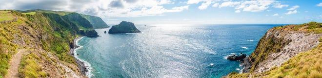 Segla utmed kusten på ön av Flores i Azoresna, Portugal Royaltyfri Foto