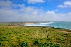 Segla utmed kusten sikten norr Cornwall från det Trevose huvudet söder i riktning av Constantine Bay Royaltyfri Fotografi