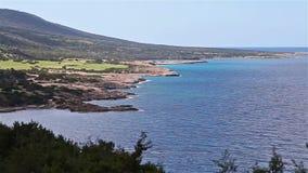 Segla utmed kusten sikten till Fontana Amoroza, den Akamas halvön Cypern stock video