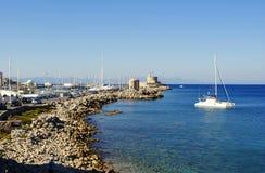 Segla utmed kusten spottat på ön av Rhodes i Grekland Arkivbilder