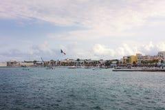 Segla utmed kusten staden av Cozumel, anlöpningshamn i Mexico Royaltyfri Foto