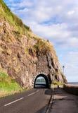 Segla utmed kusten vägen med tunnelen som är nordlig - Irland Fotografering för Bildbyråer