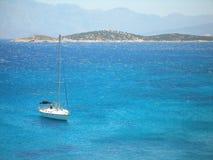 Segla yacht med berg Arkivbild