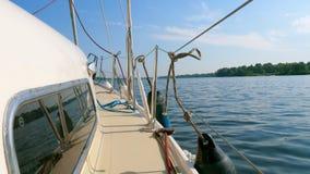 Segla yachten går vidare sommarfloden lager videofilmer