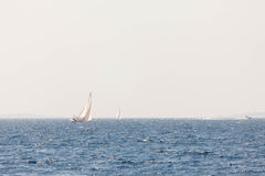 Segla yachten i Adriatiskt havet Arkivbild