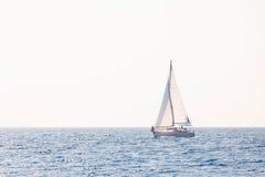 Segla yachten i Adriatiskt havet Arkivfoto