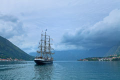 Segla yachten i den Kotor fjärden Arkivfoton