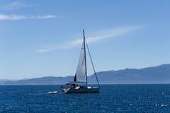 Segla yachten i det aegean havet, sikt från porten royaltyfria foton