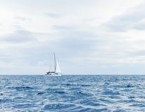 Segla yachten i havet Royaltyfri Foto