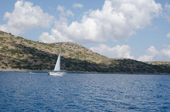 Segla yachten i vinden Royaltyfria Foton