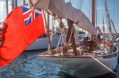 Segla yachten med den engelska flaggan Arkivfoton
