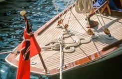 Segla yachten med den engelska flaggan Arkivbilder