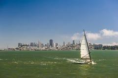 Segla yachten med stadshorisont Royaltyfri Foto