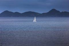 Segla yachten med vit seglar i det öppna havet Arkivfoto