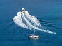 Segla yachten och det motoriska fartyget i Kroatien, blåsig sommar på boaen arkivbild